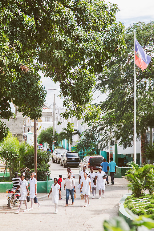INDIVIDUAL(S) PHOTOGRAPHED: N/A. LOCATION: Justinian University Hospital (HUJ), Cap-Haïtien, Haïti. CAPTION: A view of the courtyard of the Justinian University Hospital (HUJ) in Cap-Haïtien, with nurses in the foreground.