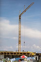 THEMENBILD - Baukran im hochalpinen Gelände . Ab Dezember 2019 wird das Familienskigebiet Maiskogel mit dem Gletscherskigebiet Kitzsteinhorn verbunden sein, aufgenommen am 23. August 2018 in Kaprun, Österreich //  construction site of new Cable Cars on the Kitzsteinhorn Glacier on a hot summer day, Kaprun, Austria on 2018/08/23. EXPA Pictures © 2018, PhotoCredit: EXPA/ JFK