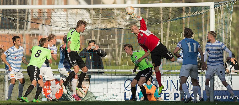 FODBOLD: Målmand Frederik Mehder (FC Helsingør) bokser væk under kampen i 2. Division Øst mellem FC Helsingør og Holbæk BI den 3. juni 2015 på Helsingør Stadion. Foto: Claus Birch