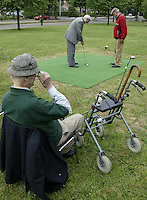 Marlof Strumphler geeft 1 keer week de bewoners van Bejaardentehuis Oldenhove in Overveen golfles. Foto Koen Suyk