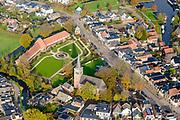 Nederland, Friesland, Gemeente Heerenveen, 04-11-2018; Akkrum,  Terptsjerke en Welgelegen, rij woningen, oorspronkelijk gebouwd als woningen voor ongetrouwde vrouwen en weduwen.<br /> Akkrum Village.<br /> luchtfoto (toeslag op standaard tarieven);<br /> aerial photo (additional fee required);<br /> copyright © foto/photo Siebe Swart