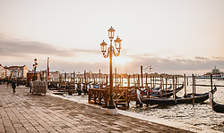 THEMENBILD - eine Reihe Venezianische Gondeln bei Sonnenaufgang, aufgenommen am 05. Oktober 2019 in Venedig, Italien // a row of Venetian gondolas at sunrise in Venice, Italy on 2019/10/05. EXPA Pictures © 2019, PhotoCredit: EXPA/ JFK