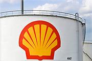 Nederland, Rotterdam, 28-7-2019 Olietanks op het terrein van de raffinaderij van Shell bij Pernis . Foto: Flip Franssen