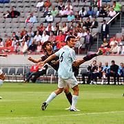 NLD/Amsterdam/20070802 - LG Amsterdams Tournament 2007, Lazio Roma - Arsenal, Eduardo in duel met Lionel Scaloni