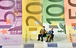 SYMBOLBILD - Rente, Rentner, Pension, Pensionisten, Geldscheine, Euro, Europaflagge // pension, pensioners, banknotes, euros, EU Flag. EXPA Pictures © 2015, PhotoCredit: EXPA/ Eibner-Pressefoto/ Weber<br /> <br /> *****ATTENTION - OUT of GER*****
