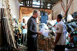 José Fortunati e Sebastiãoi Melo visitam o centro de triagem de resíduos sólidos da Bom Jesusu. FOTO: Jefferson Bernardes/Preview.com