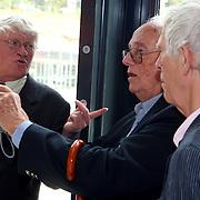 NLD/Hilversum/20070817 - Straten rond het Mediapark Hilversum vernoemd, Leen Timp probeert zijn nieuwe fotocamera uit