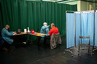 Siemiatycze, 19.04.2021. Punkt Szczepien Powszechnych w Siemiatyczach w hali sportowo-widowiskowej. Jest to jeden z 16 pilotazowych takich punktow w Polsce. Docelowo moze szczepic przeciwko COVID-19 500 osob dziennie. N/z kwalifikacja do szczepienia fot Michal Kosc / AGENCJA WSCHOD