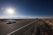 De Tativa is onderweg tijdens de derde racedag. In Battle Mountain (Nevada) wordt ieder jaar de World Human Powered Speed Challenge gehouden. Tijdens deze wedstrijd wordt geprobeerd zo hard mogelijk te fietsen op pure menskracht. Ze halen snelheden tot 133 km/h. De deelnemers bestaan zowel uit teams van universiteiten als uit hobbyisten. Met de gestroomlijnde fietsen willen ze laten zien wat mogelijk is met menskracht. De speciale ligfietsen kunnen gezien worden als de Formule 1 van het fietsen. De kennis die wordt opgedaan wordt ook gebruikt om duurzaam vervoer verder te ontwikkelen.<br /> <br /> The Tativa is on its way on the third racing day. In Battle Mountain (Nevada) each year the World Human Powered Speed Challenge is held. During this race they try to ride on pure manpower as hard as possible. Speeds up to 133 km/h are reached. The participants consist of both teams from universities and from hobbyists. With the sleek bikes they want to show what is possible with human power. The special recumbent bicycles can be seen as the Formula 1 of the bicycle. The knowledge gained is also used to develop sustainable transport.