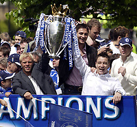 Fotball<br /> England 2004/2005<br /> Foto: SBI/Digitalsport<br /> NORWAY ONLY<br /> <br /> Chelsea Team Bus Parade<br /> 22/05/2005.<br /> Chelsea's Eidur Gudjohnsen, Frank Lampard and John Terry hold the Premiership trophy aloft on their open top bus parade around Chelsea.