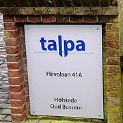 NLD/Naarden/20060104 - Bord aan de ingang van het Talpa hoofdkantoor Flevolaan Naarden, omroep, logo, steen, stenen,