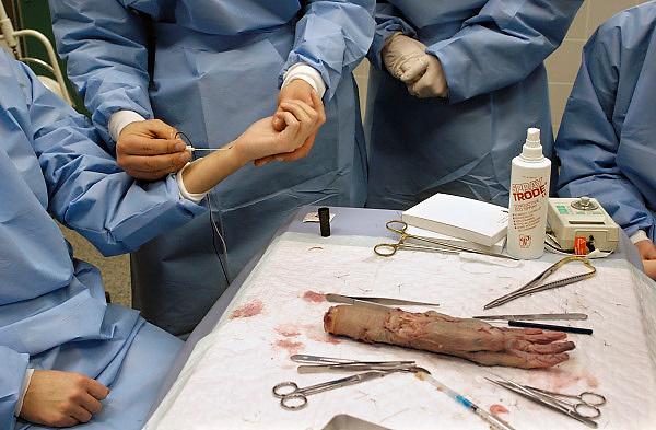 Nederland, Nijmegen, 26-2-2009Studenten medicijnen die zich willen specialiseren in chirurgie zijn in de snijzaal van anatomie bezig met een practicum.Hier oefenen zij op de anatomie van de hand. Het inbrengen van een naald voor een intraveneus infuusFoto: Flip Franssen