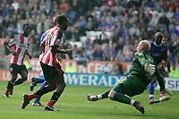 Photo: Pete Lorence.<br />Leicester City v Southampton. Coca Cola Championship. 14/10/2006.<br />Southampton's John Viafara sends the ball past Conrad Logan to equalise.