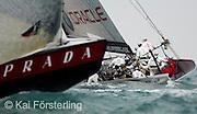 V. 16. Valencia, 05/04/2007. El barco italiano Luna Rossa y el norteamericano BMW Oracle Racing durante el tiempo de espera antes de suspenderse las dos regatas del acto 13 de la Copa Louis Vuitton previstas para hoy por falta de viento. EFE/Kai Försterling