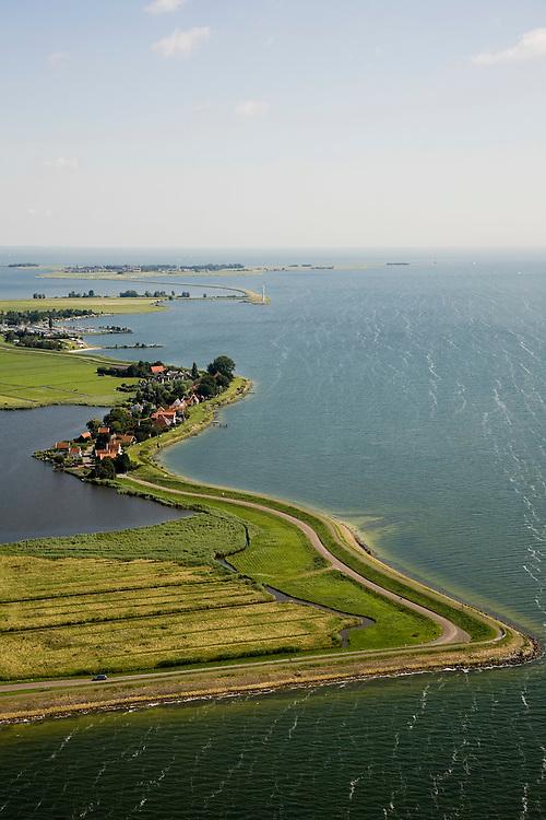 Nederland, Noord-Holland, Uitdam, 14-07-2008; dorpje gelegen aan de Waterlandse Zeedijk tussen IJsselmeer en Uitdammer Die (links); aan de horizon Marken; Uitdammerdijk, dorpsgezicht, Zuiderzee, Waterland, Lowlands.little village situtated behind former sea wall; netherlands - waterland. ;. ;..luchtfoto (toeslag); aerial photo (additional fee required); .foto Siebe Swart / photo Siebe Swart