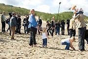 Prins Willem Alexander en prinses Maxima poseren maandag met hun kinderen prinses Amalia, prinses Alexia en prinses Ariane op het strand bij het natuurgebied Meijendel in Wassenaar. /// Prince Willem Alexander and Princess Maxima pose Monday with their children Princess Amalia, Princess Alexia and Princess Ariane on the beach at the Park Meijendel in Wassenaar.