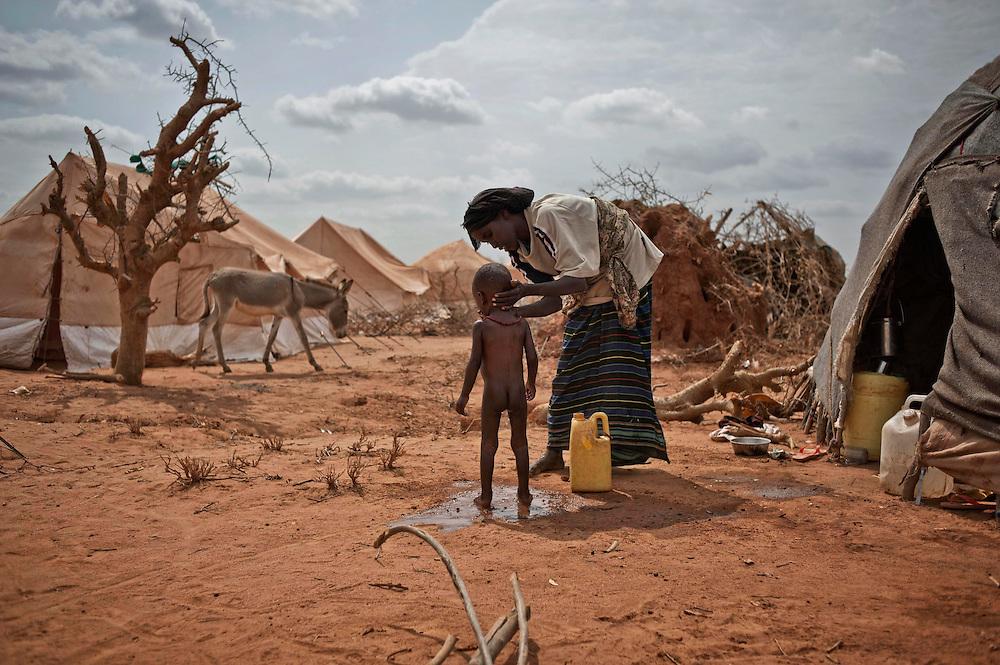 kenya, Dadaab, camp d'Ifo extension le 11-08-11 - Avec plus de 400000 réfigiés, en majeure partie des somaliens ayant fuit la guerre et la famine qui sévit dans leur pays, Dabaab est le plus grand camp de réfugiés au monde.