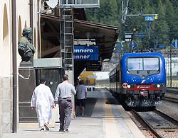 TTHEMENBILD - An den Bahnhöfen in Südtirol stranden seit Monaten jede Woche Hunderte Flüchtlinge. Wer es über das Meer bis nach Italien geschafft hat, versucht, rasch weiter in Richtung Norden zu kommen, meist werden sie dabei von deutsch-österreichisch-italienischen Polizeistreifen aus den Zügen geholt. Am Bahnhof in Bozen und am Brenner werden sie von Helfern versorgt. Viele der Flüchtlinge wollen nach Deutschland und Skandinavien. Der Brenner ist nur ein Etappenziel. Hier im Bild zwei Männer in Arabischer Kleidung gehen am Bahnsteig entlang. Aufgenommen am 9. August 2015 am Bahnhof Brenner // Two men in Arab dress Walk along the railway station on the border between Tyrol, Austria and South Tyrol, Italy, 09 August 2015. Each Week hundreds of asylum seekers reportedly are stopped by Austrian, German and Italian police. The Austrian government has been struggling to house masses of new arrivals, as some provincial leaders and many mayors have opposed hosting asylum seekers in their communities. More than 28,300 people applied for refugee protection in Austria in the first half of the year, with many coming from Syria, Afghanistan and Iraq. EXPA Pictures © 2015, PhotoCredit: EXPA/ Johann Groder