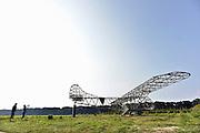 Nederland, Groesbeek, 7-9-2014 In het landingsgebied van de Amerikaanse soldaten tijdens operatie Market Garden staat sinds gisteren een nagebouwde Glider waarin manschappen en materieel naar de landingszones van operatie marketgarden gevlogen werden. Het waren een soort wegwerpvliegtuigen want konden maar een keer gebruikt worden. Ze werden voortgetrokken door dakota transportvliegtuigen, C4.. Vanuit dit gebied, klein America, trokken de militairen van de 82nd airborne division naar de Waalbrug van Nijmegen. Doel was de bruggen in zuid nederland te veroveren om zo een overtoch over de rijn te verkrijgen en door te stoten in Duitsland naar het ruhrgebied. Het monument, oorlogsmonument, zal tijdens de festiviteiten ter herdenking van deze gebeurtenis officieel gedoopt worden.Foto: Flip Franssen/Hollandse Hoogte