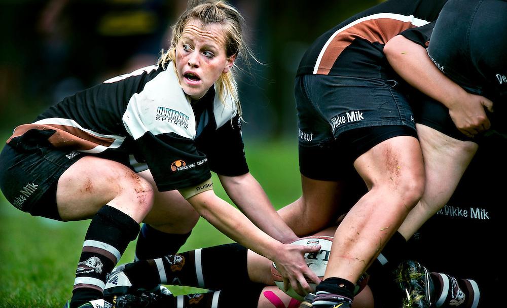 The Netherlands, Sassenheim, 11-10-2009.<br /> Rugby, Women, National, Competition, Ereklasse.<br /> The Bassets vs Rugby Club Leiden DIOK.<br /> Annemarije van Rossum player of The Bassets looks where to go after a scrum.<br /> Photo: Klaas Jan van der Weij.