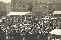 [Tuškan govori pred Jelačićevim spomenikom].  <br /> <br /> ImpresumZagreb : Atelier Rechnitzer, [1898].<br /> Materijalni opis1 razglednica : tisak ; 8,9 x 13,9 cm.<br /> NakladnikI. Rechnitzer i sin<br /> Vrstavizualna građa • razglednice<br /> ZbirkaZbirka razglednica • Grafička zbirka NSK<br /> ProjektPozdrav iz Hrvatske • Pozdrav iz Zagreba<br /> Formatimage/jpeg<br /> PredmetZagreb –– Trg bana Josipa Jelačića<br /> Jezikhrvatski<br /> SignaturaRZG-JEL-13<br /> Obuhvat(vremenski)20. stoljeće<br /> NapomenaRazglednica nije putovala.<br /> PravaJavno dobro<br /> Identifikatori000952417<br /> NBN.HRNBN: urn:nbn:hr:238:866158 <br /> <br /> Izvor: Digitalne zbirke Nacionalne i sveučilišne knjižnice u Zagrebu