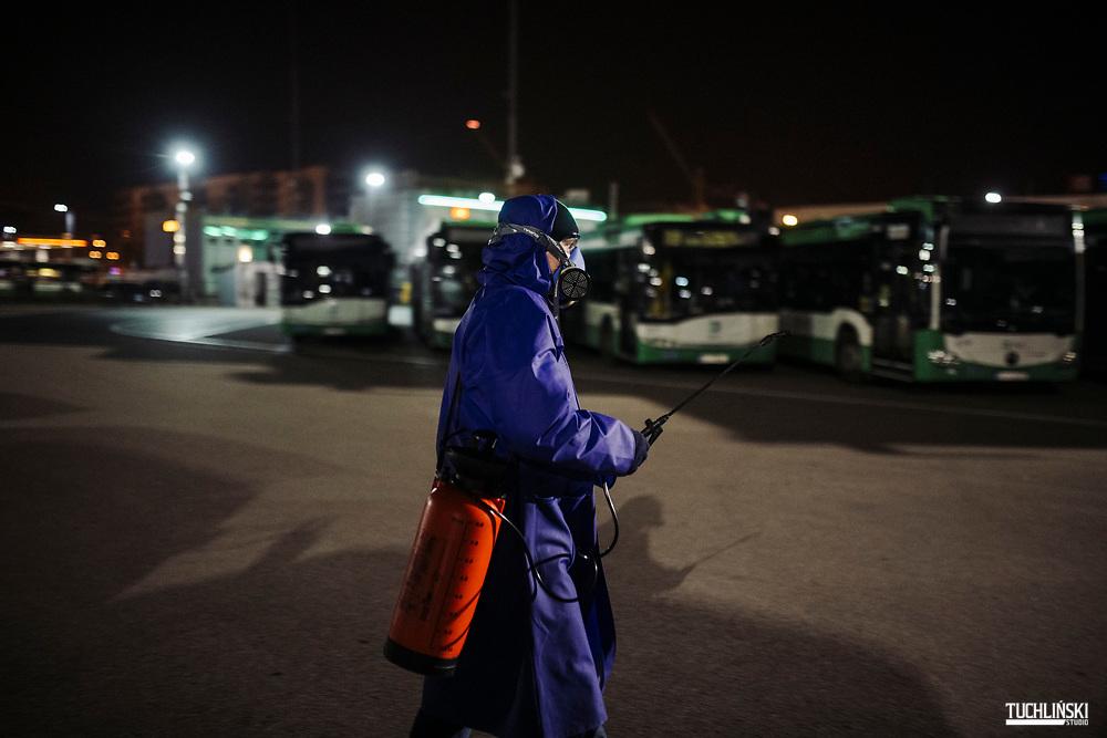 Bialystok, Polska. 19.03.2020<br /> Odkazanie autobusów Komunikacji Miejskiej przez pracowników technicznych. <br /> Fot. Adam Tuchlinski