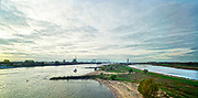 Nederland, the Netherlands, Nijmegen, 25-10-2019 Het eiland Veur-Lent tussen de rivier de Waal en de Spiegelwaal, nevengeul bij Nijmegen . Op de achtergrond de nieuwe brug de Oversteek . De nevengeul is gegraven om bij Nijmegen een lagere waterstand en betere waterafvoer te bereiken bij hoogwater , ruimte voor de rivier. Foto: Flip Franssen