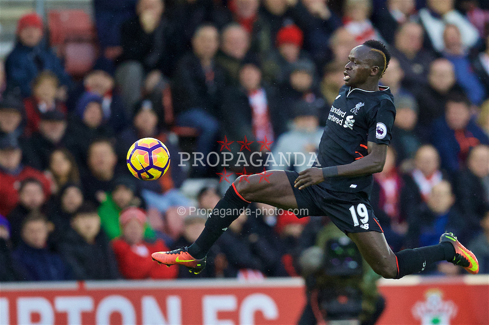 SOUTHAMPTON, ENGLAND - Saturday, November 19, 2016: Liverpool's Sadio Mane in action against Southampton during the FA Premier League match at St. Mary's Stadium. (Pic by David Rawcliffe/Propaganda)
