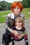 Premiere The New Houdini van Hans Klok in Vredenburg Leidsche Rijn.<br /> <br /> Op de foto:  Chazia Mourali met dochter Fleur