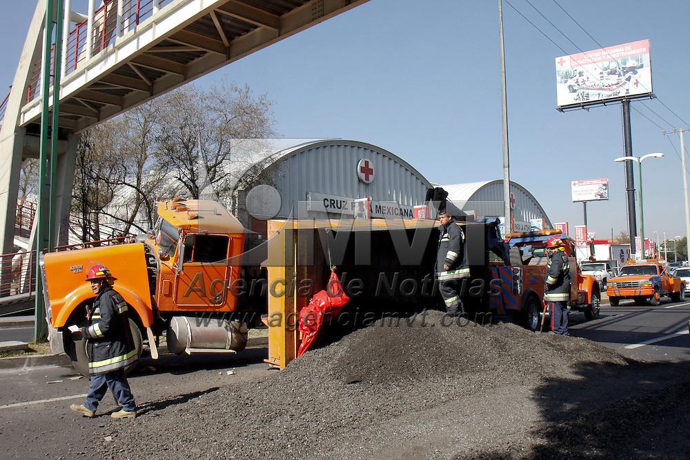 TOLUCA, Mex - Un camion  devolteo que transportaba asfalto se volco en Boulevard Aeropuerto a la altura del CENCAD de Cruz Roja, sobre los carriles de alta velocidad, bomberos de Lerma  bajaron el asfalto que se transportaba para poder incorporar la caja del automotor. Agencia MVT / Crisanta Espinosa.