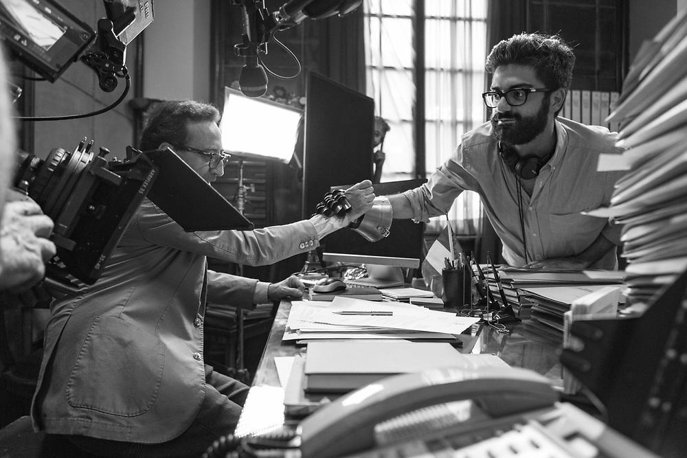 Le idee chiare: Il regista Giuseppe Stasi si sostituisce a Fabio De Luigi per girare un dettaglio della scena.