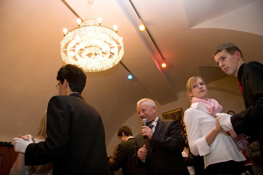 Wien/Oesterreich, AUT, 21.12.2007: Junge Tanzschueler posieren waehrend einem Anfaenger Tanzkurs in der beruehmten Tanzschule Elmayer in der Braeunerstraße im Wiener Stadtzentrum. <br /> <br /> Vienna/Austria, AUT, 21.12.2007: Young dancers attending a beginners course at the Elmayer Dancing School in the city center of Vienna.