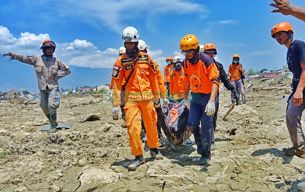 October 3, 2018 - Sigi, Central Sulawesi, Indonesia - SIGI, INDONESIA - OCTOBER 03, 2018 : An Indonesia rescue team evacuated residents who died due to moving land buried by mud at Mpanau Village, Biromaru District, on October 03, 2018 in Sigi Regency, Central Sulawesi Province, Indonesia. At present, there are thousands of people found dead after the earthquake and tsunami that occurred in the Central Sulawesi province. (Credit Image: © Sijori Images via ZUMA Wire)