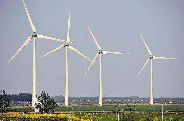 Nederland, Tiel, 24-4-2011Windmolens staan in het landschap langs de snelweg A15.Foto: Flip Franssen/Hollandse Hoogte