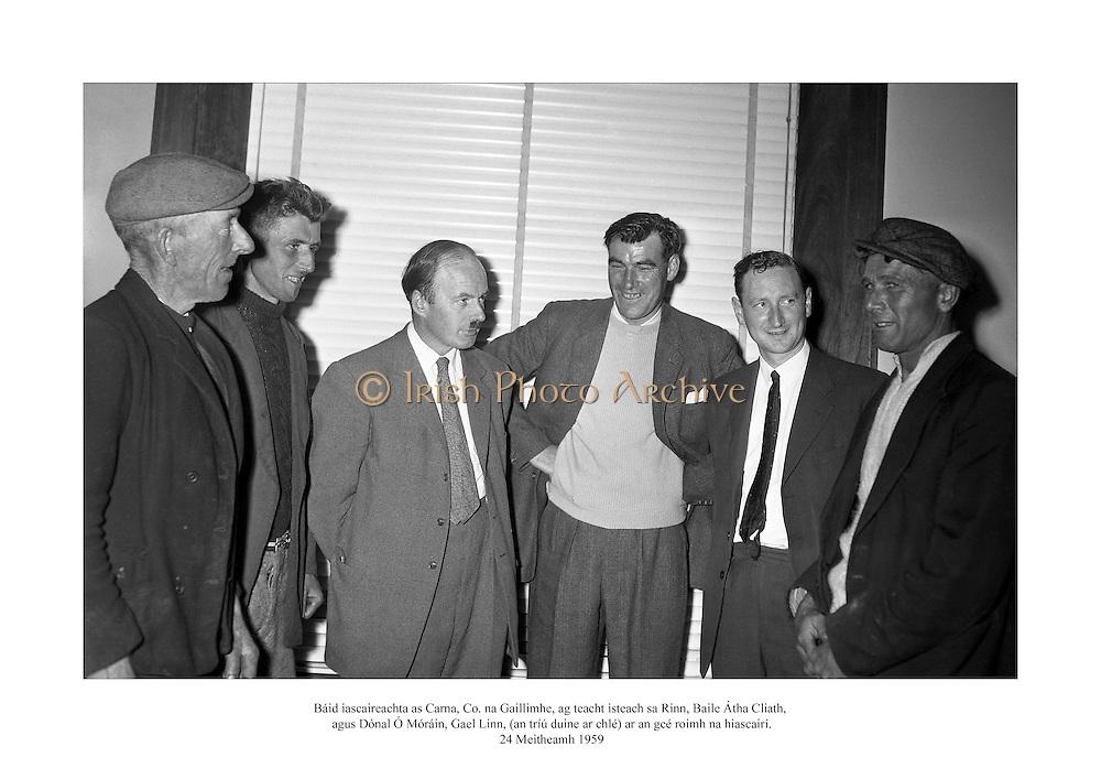 24 Meitheamh 1959<br /> Báid iascaireachta as Carna, Co. na Gaillimhe, ag teacht isteach sa Rinn, Baile Átha Cliath, agus Dónal Ó Móráin, Gael Linn, (an tríú duine ar chlé) ar an gcé roimh na hiascairí. <br /> <br /> Lobster Fishing Boats from Carna, Galway arrive at Ringsend, Dublin. Donal O'Morain of Gael Linn (3rd from left) meets with the fishermen.