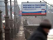 """Nowosibirsk/Russische Foederation, RUS, 19.11.07: Duma Wahlplakat der Putin Partei """"Einiges Russland"""" an einer Bruecke über den Fluß Ob im Zentrum der sibirischen Hauptstadt Nowosibirsk. <br /> <br /> Novosibirsk/Russian Federation, RUS, 19.11.07: Duma election billboard for the Putin party """"United Russia"""" on a bridge across the river Ob in the center of the Siberian capital city Novosibirsk."""