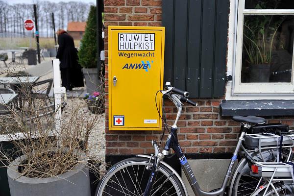 Nederland, Leur, 4-3-2012Aan de muur van een restaurant langs een fietsroute hangt een rijwiel hulpkist van de ANWB.Foto: Flip Franssen/Hollandse Hoogte
