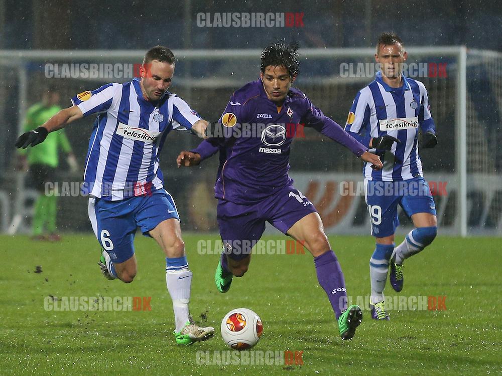 Magnus Lekven (Esbjerg) og Matias Fernandez (Fiorentina) kæmper om bolden.