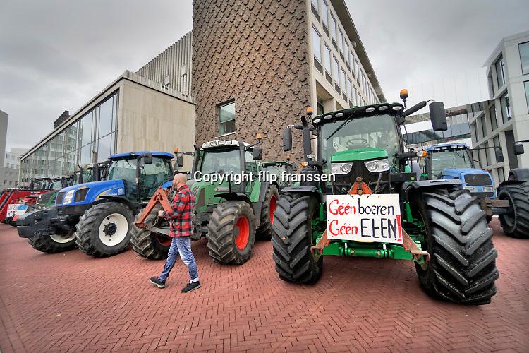 Nederland, Arnhem, 14-10-2019 Tractoren bij het Gelders provinciehuis in Arnhem . Boeren uit de provincie Gelderland zijn met hun trekkers naar het procinciehuis in Arnhem gereden om te protesteren tegen de maatregelen die hun worden opgedrongen om het stikstofprobleem op te lossen. Ze eisen dat de provinciale maatregelen opgeschort worden. Gedeputeerde Peter Drenth staat hen te woord en zal in overleg gaan. Foto: Flip Franssen