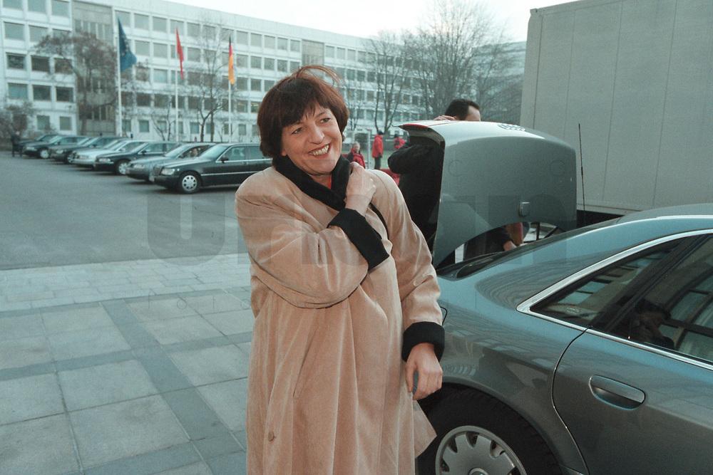 17 JAN 2001, BERLIN/GERMANY:<br /> Ulla Schmidt, SPD, Bundesgesundheitsministerin, auf dem Weg zur Kabinettsitzung, Bundeskanzleramt<br /> IMAGE: 20010117-01/01-01<br /> KEYWORDS: Kabinett