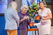 Prinses Beatrix reikt Zilveren Anjers 2019 uit in Paleis op de dam.<br /> <br /> Op de foto:  Prinses Beatrix reikt een Zilveren Anjer uit aan Paul Spapens voor zijn zeer diverse culturele initiatieven in Noord-Brabant, als schrijver en cultuur-activist.