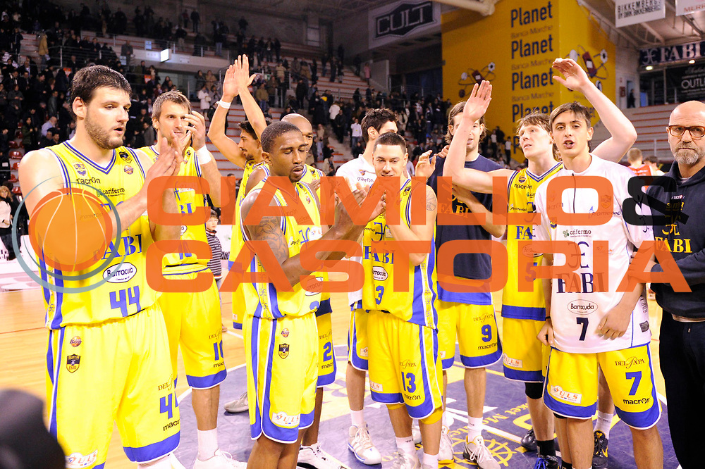 DESCRIZIONE : Ancona Lega A 2011-12 Fabi Shoes Montegranaro Cimberio Varese<br /> GIOCATORE : team esultanza<br /> CATEGORIA : team esultanza<br /> SQUADRA : Fabi Shoes Montegranaro<br /> EVENTO : Campionato Lega A 2011-2012<br /> GARA : Fabi Shoes Montegranaro Cimberio Varese<br /> DATA : 29/01/2012<br /> SPORT : Pallacanestro<br /> AUTORE : Agenzia Ciamillo-Castoria/C.De Massis<br /> Galleria : Lega Basket A 2011-2012<br /> Fotonotizia : Ancona Lega A 2011-12 Fabi Shoes Montegranaro Cimberio Varese<br /> Predefinita :