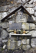 Schronisko PTTK na Polanie Chochołowskiej, tablica upamiętniająca pielgrzymkę Jana Pawła II do Polski w 1983 roku oraz spotkanie Jana Pawła II z Lechem Wałęsą.
