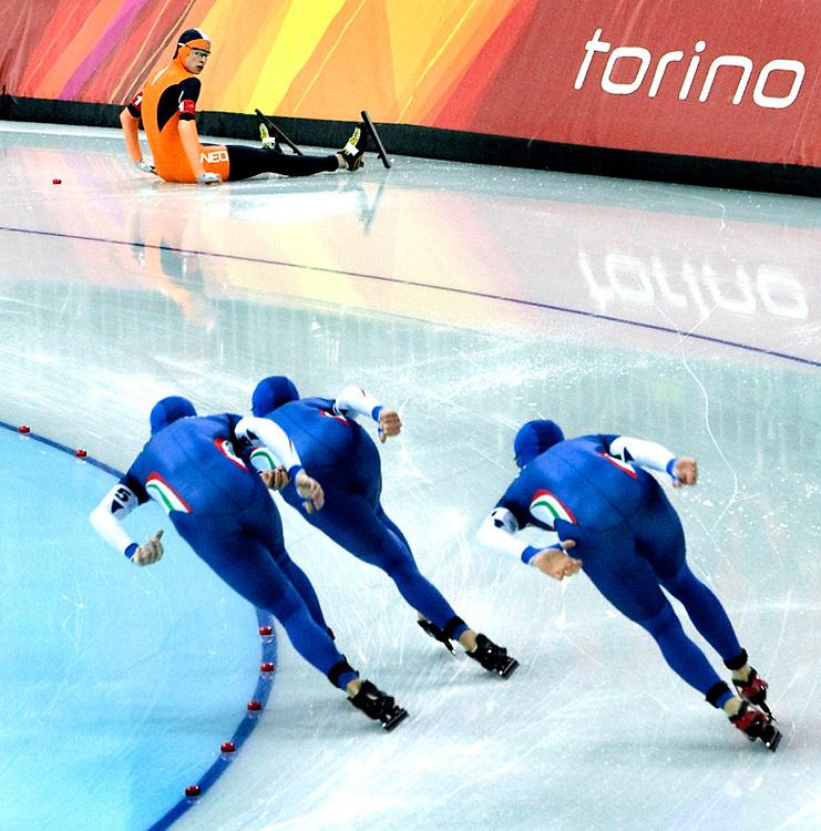 Italie, Turijn, 16-02-2006<br /> Olympische Winterspelen.<br /> Schaatsen, Ploegenachtervolging, Heren<br /> Na de valpartij zit Sven Kramer verslagen op het ijs met het blokje waarop hij gestapt is naast zich en ziet de italiaanse ploeg voorbij komen op weg naar de makkelijke overwinning. Italie wint uiteindelijk ook nog het goud. Sven Kramer nam in zijn val ook ploeggenoot Carl Verheijen mee, alleen Erben Wennemars bleef overeind staan. De nederlandse ploeg wint brons in de achtervolging<br /> Foto: Klaas Jan van der Weij