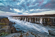 Selfoss is a waterfall in the river Jökulsá á Fjöllum in the north of Iceland which drops over some waterfalls about 30 km before flowing into Öxarfjörður, a bay of the Arctic Sea. Blended together by 3 exposures | Selfoss er en foss i nord Island i elven Jökulsá á Fjöllum, som strekker seg ca 30 kilometer før den renner ut i fjorden Öxarfjörður i Ishavet. Sett sammen av 3 eksponeringer.