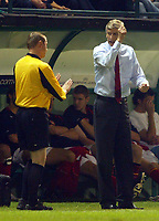 Fotball<br /> UEFA Champions League 2004/2005<br /> 20.10.2004<br /> Foto: BPI/Digitalsport<br /> NORWAY ONLY<br /> <br /> Panathanaikos v Arsenal<br /> <br /> Arsenal manager Arsene Wenger argues with the linesman