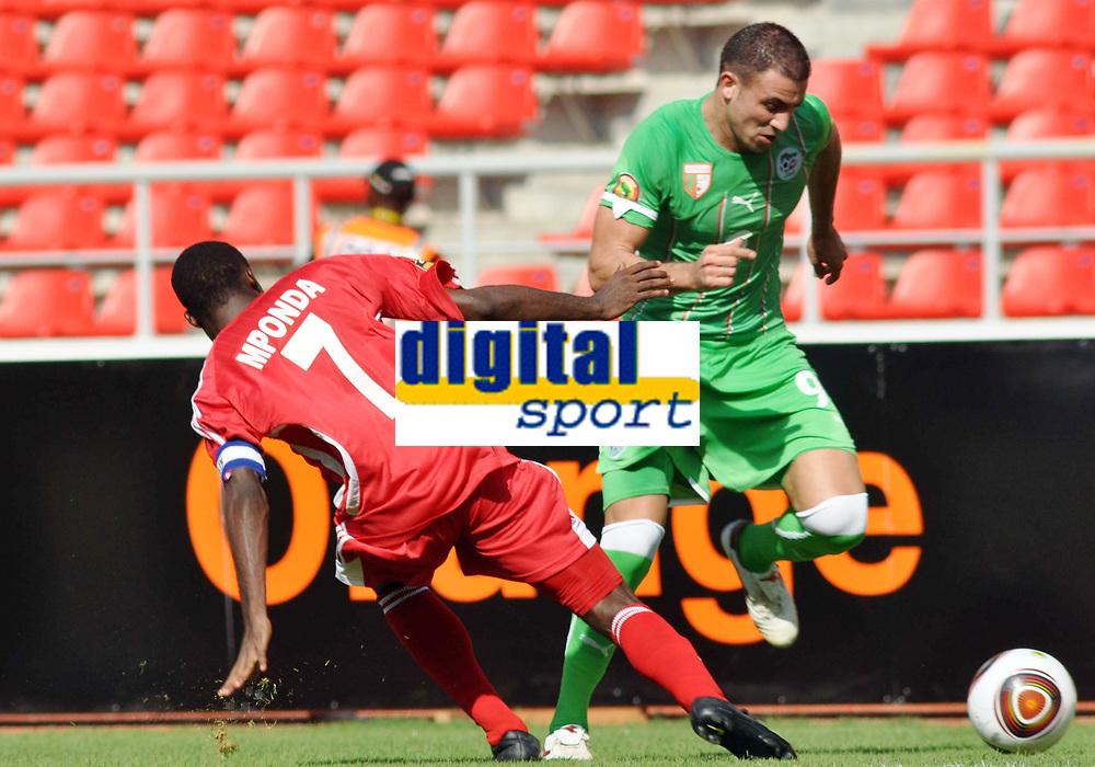 FOOTBALL - AFRICAN NATIONS CUP 2010 - GROUP A - MALAWI v ALGERIA - 11/01/2010 - PHOTO MOHAMED KADRI / DPPI - ABDELKADER GHEZZAL (ALG) / PETER MPONDA (MAL)