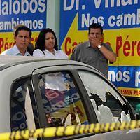 NEZAHUALCOYOTL, Mex.- EUn hombre de aproximadamente 35 años de edad fue ejecutado al intentar bajar de su automóvil cuando se encontraba frente a una farmacia, testigos afirmaron que dos sujetos se aproximaron al vehículo y sin decir palabra alguna le dispararon en 3 ocasiones, al lugar llegaron elementos de la ASE, policías municipales y personal de SEMEFO. Agencia MVT / Juan García. (DIGITAL)<br /> <br /> NO ARCHIVAR - NO ARCHIVE