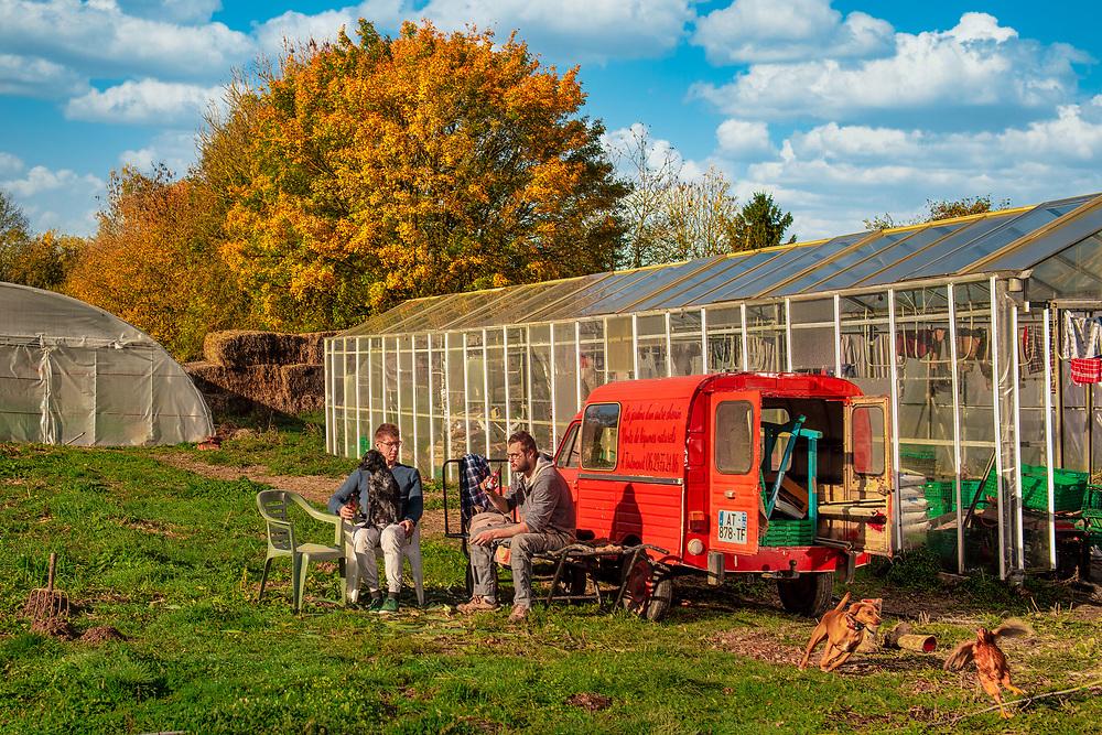 Gabin Choquet et un ami des Jardins d'un Autre Chemin, exploitation maraîchère bio en Picardie.<br /> Organic market gardening in Picardy.