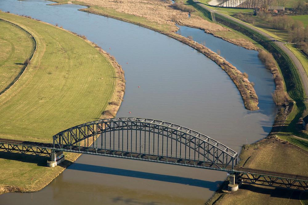 Nederland, Gelderland, Oosterbeek, 11-02-2008; dubbelsporige boogbrug, aangepast in 2004: de landhoofden van de brug bestaan nu uit pijlers in plaats van een dam; hierdoor wordt de rivier de Neder-Rijn bij hoogwater niet in zijn loop belemmerd; bij de extreem hoge waterstanden van 1993 en 1995 bleek de brug een barriere voor een vlotte waterafvoer waardoor in het verder stroomopwaarts gelegen Arnhem hogere waterstanden ontstonden; spoorlijn, vakwerk, vakwerkbrug, staal, ijzer, geklonken constructie, klinknagel..luchtfoto (toeslag); aerial photo (additional fee required); .foto Siebe Swart / photo Siebe Swart
